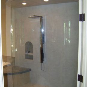 Shower enclosure with rounded glass shower doors