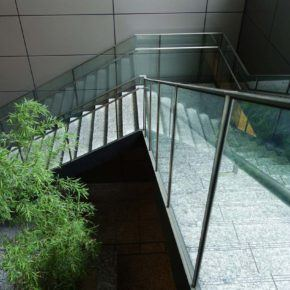 Staircase handrail fitted with glass side walls